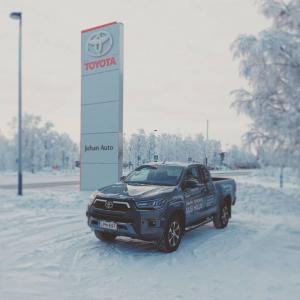❄️ Terveiset Kuusamon toimipisteestä! Tuuppa koeajamaan vaikka kuvassa näkyvä Toyota Hilux - ei muuten lumi ja liukas tätä autoa...