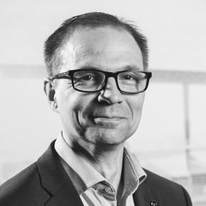 """Esittelyssä tällä kertaa Jan-Erik Heikkilä 🙋♂️ Jan-Erik on myyntialan rautainen ammattilainen. Kokemusta löytyy 22 vuoden ajalta, joista 7 viimeisintä on vierähtänyt Juhan Auton palveluksessa. """"Olen luonteeltani rauhallinen ja periksiantamaton. Jaksan aina kuunnella asiakasta ja saattaa kaupat maaliin asiakkaan toiveiden mukaisesti."""" Jan-Erikin voit tavata Oulun myyntipisteessä, jossa hän on keskittynyt uusien autojen myyntiin. 🚙💙 #juhanauto #oulu #kuusamo #raahe #kemijärvi"""