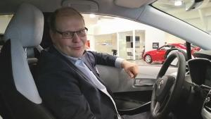 Meidän Markkuhan se siellä istuu uunituoreessa Toyota Corolla Hybridissä 😎 Handsfree takaluukku helpottaa arjessa kummasti, tervetuloa tutustumaan! #juhanauto #toyotasuomi